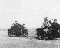 (фото: бойцы 2-го мотоциклетного полка отправляются в разведку. 3-й Белорусский фронт, февраль 1945 года)