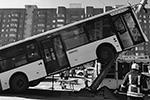 В Петербурге городской пассажирский автобус врезался в дорожную мачту освещения и повис на ней. В результате происшествия пострадали шесть человек, наиболее серьезные повреждения получил водитель автобуса. Причины аварии устанавливаются(фото: МЧС России/ТАСС)