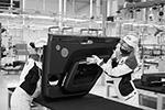 Сотрудницы автозавода Ford Sollers работают в цехе сборки автомобилей Aurus Senat на заводе(фото: Максим Зарецкий/ТАСС)