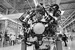 Двигатель автомобиля Aurus Senat в цехе сборки на заводе Ford Sollers(фото: Максим Зарецкий/ТАСС)