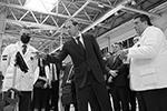 Министр промышленности и торговли РФ Денис Мантуров (в центре) и гендиректор Aurus Адиль Ширинов (справа) участвуют в церемонии запуска серийного выпуска автомобиля(фото: Максим Зарецкий/ТАСС)
