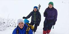 В природном парке «Ергаки» на юге Красноярского края установилась холодная температура и выпало большое количество снега. Отдыхающие в парке туристы фотографируют глубокие сугробы, стоя по пояс в снегу