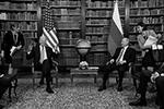 Перед началом беседы в библиотеке возникла непринужденная атмосфера(фото: REUTERS/Kevin Lamarque)