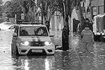 В Керчи без света осталась городская больница, люди передвигаются между домами на моторных лодках и даже вплавь. На центральных улицах парализовано движение транспорта. Из-за обильных осадков река Мелек-Чесме вышла из берегов(фото: Елена Попова/«Керчь.ФМ»/ТАСС)