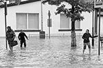 Власти Крыма признали потоп в Керчи чрезвычайной ситуацией природного характера регионального уровня реагирования. Проведена эвакуация населения, попавшего в зоны подтоплений, — 125 человек, из них 28 детей(фото: Елена Попова/Керчь.ФМ/ТАСС)