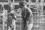 Детям особенно нравится резвиться в фонтанах, потому что в сильную жару даже мама не будет возражать против такого баловства(фото: Денис Гришкин/Агентство «Москва»)