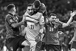 В основное время каждая из команд забила по одному голу в ворота соперника. Счет открыл англичанин Люк Шоу уже на второй минуте. Этот мяч стал самым быстрым в истории финалов чемпионатов Европы(фото: Nick Potts/PA/ТАСС)