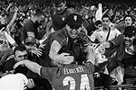 Италия отыгралась в середине второго тайма. Гол на 67-й минуте забил защитник Леонардо Бонуччи. Он отличился в возрасте 34 лет и 71 дня, став самым возрастным автором мяча в финалах Евро(фото: Paul Ellis/Reuters)