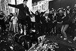 Перед матчем пьяные английские фанаты бросали в прохожих камни, пивные банки, рюкзаки и дорожные конусы. Также болельщики сборной Англии напали на трех итальянских болельщиков (фото: Victoria Jones/Reuters)
