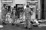 В первую очередь атаке подверглись банкоматы, из которых преступники выгребли все наличные(фото: REUTERS/Siphiwe Sibeko)
