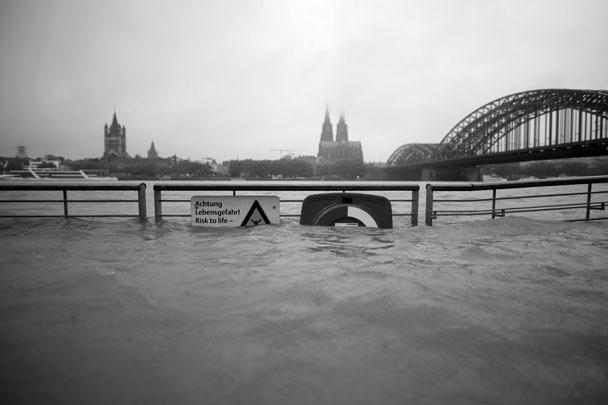 Из-за проливных дождей на западе ФРГ из берегов вышли притоки Рейна – Ар, Мозель, а также небольшие реки – Зауэр, Прюм, Нимс, Киль, Эрфт