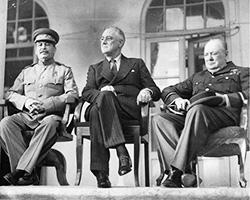 Иосиф Сталин, президент США Франклин Д. Рузвельт и премьер-министр Великобритании Уинстон Черчилль - слева направо, на Тегеранской конференции (фото: общественное достояние)