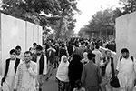 У входа в международный аэропорт Кабула, который носит имя первого проамериканского президента страны Хамида Карзая, столпились желающие покинуть страну(фото: STRINGER/REUTERS)