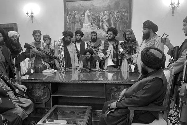 Тем временем талибы осваивались во дворце президента Ашрафа Гани, который отказался от своего поста и бежал из страны на набитом деньгами вертолете