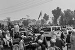Жители Кабула приветствуют мирно вошедших в город талибов. Штурмом это назвать сложно(фото: STRINGER/АР/ТАСС)