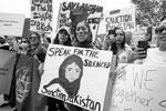 Афганским эмигрантам и поддерживающим их западным активистам остается лишь выражать протест против захвата страны талибами. На фото: митинг в Вашингтоне возле Белого дома(фото: MICHAEL REYNOLDS/EPA/ТАСС)