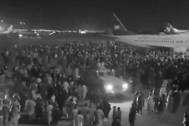 В кабульском аэропорту, последнем уголке афганской территории, где остались американские военные, не прекращалась паника. Толпы афганцев пытаются покинуть родину с улетающими «бортами»