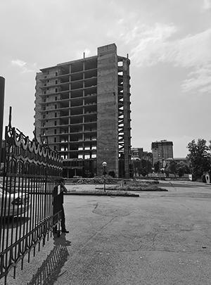 Владикавказ. Незаконно построенная двенадцатиэтажка в процессе демонтажа