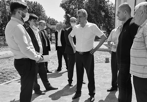 Сергей Меняйло (в центре) на строительстве детского сада в Беслане