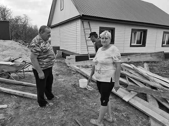 Мордовия восстанавливается после урагана и освобождается от «кредитного рабства». На фото – село Говорово. Семья Коржимановых, чей дом пострадал от урагана. О том, как происходит восстановление – в репортаже газеты ВЗГЛЯД