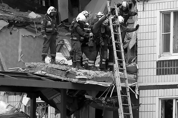Взрывной волной выбило окна в соседних домах, осколки повредили машины, припаркованные под домом. Причиной взрыва мог стать газ, включенный для обогрева квартиры