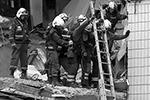 Взрывной волной выбило окна в соседних домах, осколки повредили машины, припаркованные под домом. Причиной взрыва мог стать газ, включенный для обогрева квартиры(фото: Артем Геодакян/ТАСС)