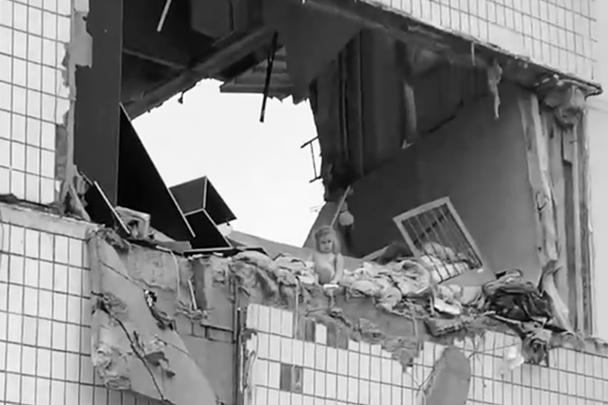 Взрыв произошел в квартире на третьем этаже, где проживала многодетная семья. Спасателям удалось спасти пятилетнюю девочку, сейчас она в безопасности