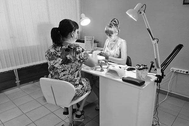 Ирина Шилова (справа) за работой в маникюрном салоне