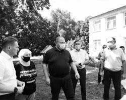 И.о. губернатора Пензенской области Олег Мельниченко в селе Большая Елань, июль 2021 года (фото: пресс-служба администрации Пензенской области)