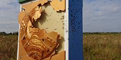 С территории Украины неизвестные открыли огонь по белорусскому пограничному знаку на участке Пинского погранотряда. Повреждение столба первыми обнаружили пограничники заставы «Сварынь». Дробь буквально изрешетила щиток с изображением белорусского герба. По всей видимости, стрельба велась из охотничьего ружья