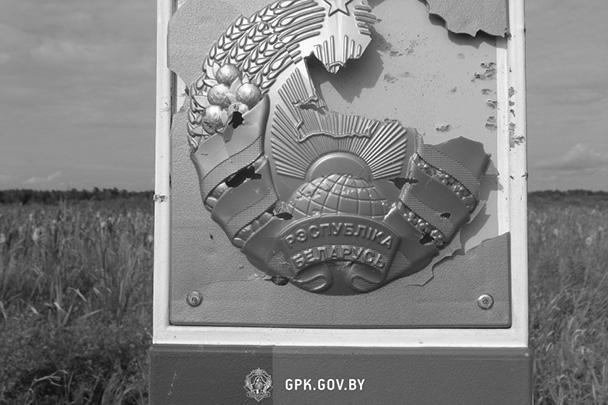 Стрелок вел прицельный огонь дробью по белорусскому гербу