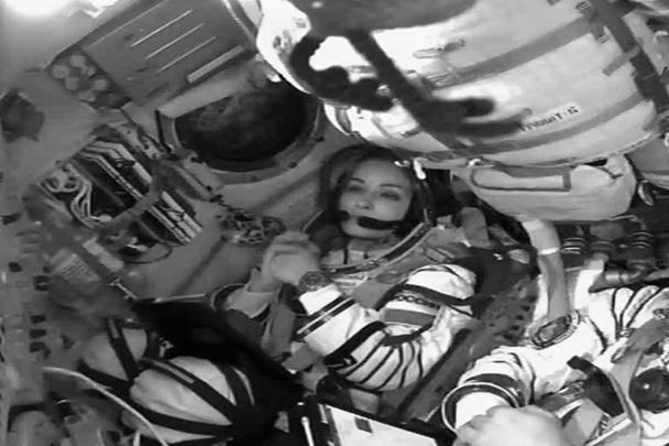 Тренировки актрисы и режиссера проходили в Центре подготовки космонавтов с мая. За это время они прошли техническую, физическую и другие виды подготовок