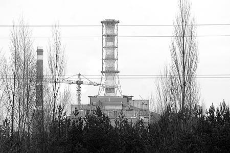 Вид на 72-х метровую вентеляционную трубу 4-го реактора ЧАЭС