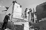 Ош, как говорят очевидцы, больше всего сейчас напоминает разгромленный Сталинград(фото: Reuters)