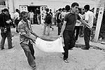 Раздача гуманитарной помощи мало помогает жителям Оша(фото: ИТАР-ТАСС)
