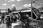 Крупная катастрофа в Италии: поезд Сорренто – Неаполь, не доезжая 500 метров до станции назначения, сошел с рельсов. По предварительной версии, причиной катастрофы стала слишком большая скорость состава(фото: Reuters)