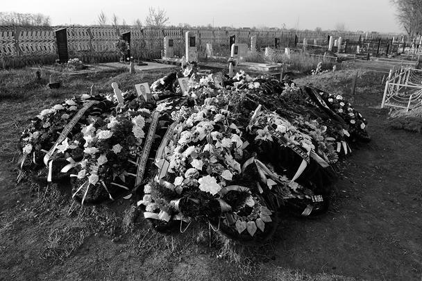 22 ноября. Станица Кущевская, Краснодарский край. Цветы на могилах жертв массового убийства