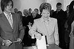 2003 год, октябрь. Кандидат Валентина Матвиенко отдает свой голос на выборах, позволивших ей занять пост губернатора Санкт-Петербурга(фото: ИТАР-ТАСС)
