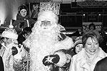 2003 год, декабрь. Губернатор Матвиенко встречает на Московском вокзале Петербурга главного Деда Мороза страны (фото: ИТАР-ТАСС)