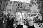 Помимо рубля, по Арбату пронесли полутораметровую «тысячу рублей» с изображением премьер-министра Владимира Путина с признанием I love Putin(фото: ИТАР-ТАСС)