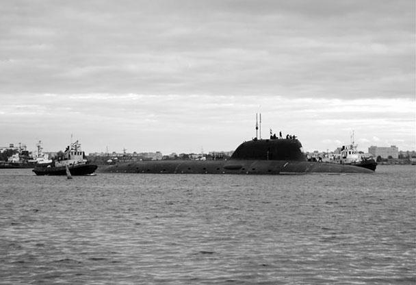 Новейшая АПЛ «Северодвинск» впервые вышла в море. Корабль, который строился с начала девяностых годов, отправился на заводские ходовые испытания. Это головная лодка проекта 885 «Ясень», всего, как ожидается, ВМФ получит восемь таких субмарин