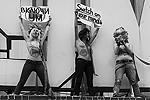 «Посредством плакатов «Ю и Я – одна ...», «Включи ум» активистки обратились к конфликтующим сторонам в момент пика силового противостояния, смысл послания – в недопустимости кровопролития в угоду олигархическим кланам Тимошенко и Януковича», – сообщается на сайте FEMEN о целях акции(фото: femen.livejournal.com)
