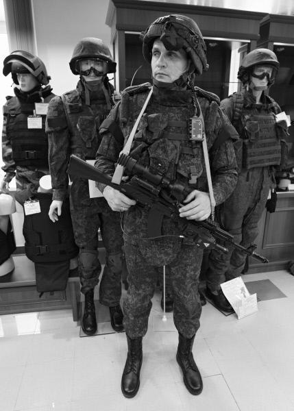 Сотрудник ФГУП «ЦНИИТОЧМАШ» демонстрирует экипировку комплекта «Солдат будущего XXI века»
