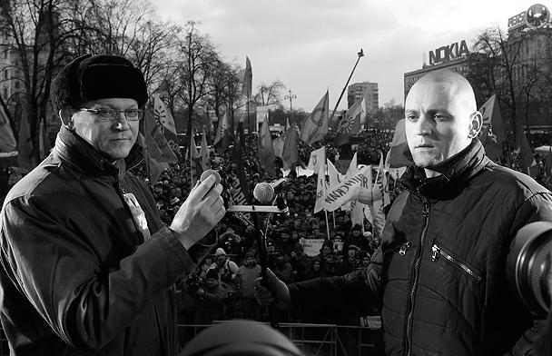 Начал митинг на Пушкинской площади Владимир Рыжков (слева). Он заявил, что протест будет мирным, а оппозиция требует «новых парламентских и президентских выборов». Лидер «Левого фронта» Сергей Удальцов (справа) заявил о том, что с Пушкинской площади он не уйдет до отмены результатов выборов