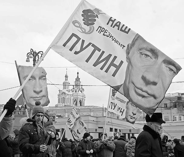 Одновременно с митингом на Пушкинской, на Манежной площади собрались сторонники действующего премьера и избранного президента
