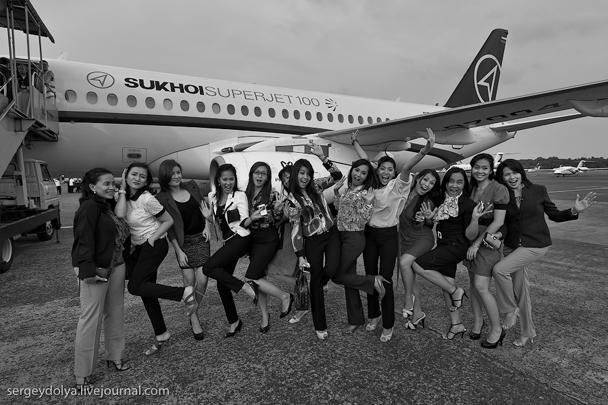 «По прилете нас ждала целая рота местных бортпроводниц. Девушки оказались очень задорными и с удовольствием мне подыгрывали», – пишет очевидец турне Superjet-100