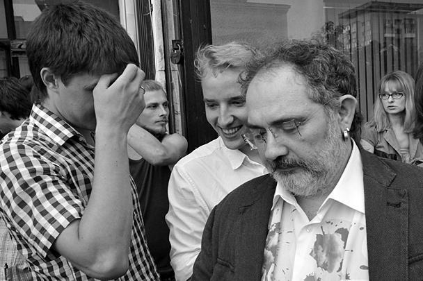 На месте проводился сбор подписей против «гельманизации Кубани», причем представитель православной общественности пыталась взять подпись и у самого Гельмана