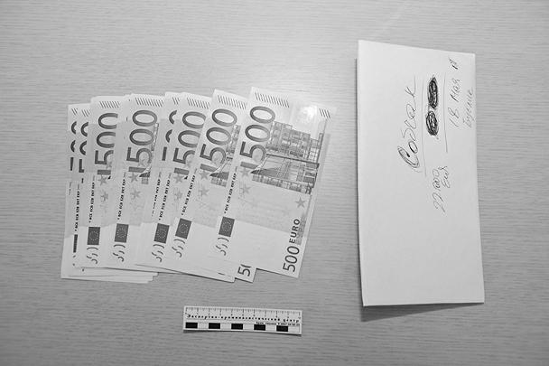 Типичный конверт – с евро и надписью «Собчак»