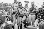 В июне 2010-го, во время чемпионата мира, немки играли против австралиек. Одна из звезд того памятного матча позже скончалась во время шестой операции по увеличению груди(фото: Reuters)