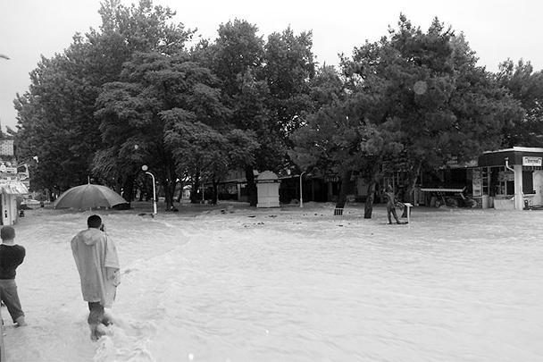 Ни зонтик, ни сапоги во время такого дождя не помогут